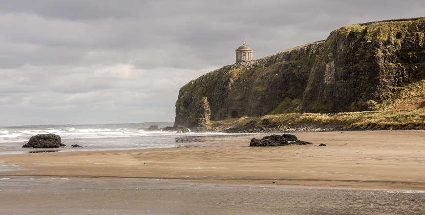 Downhill beach en Mussenden tempel Ierland