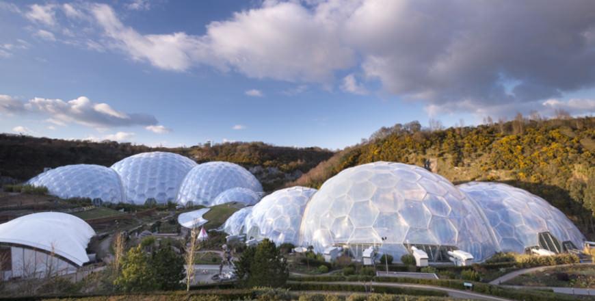 Vlieg als James Bond over het Eden Project in Cornwall, Zuidwest-Engeland