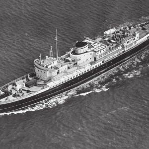 Luchtfoto van de ferry Koningin Emma op zee