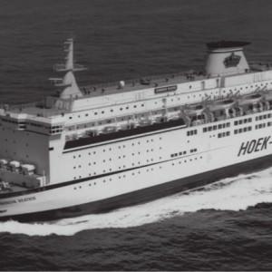Luchtfoto van de Koningin Beatrix op zee.