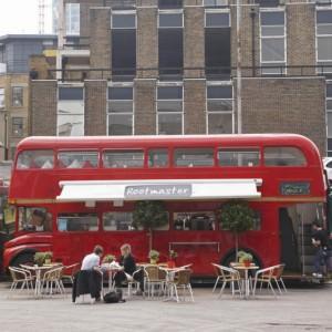 trendy-hippe-shops-londen-double-decker-bus-cafe-brick-lane-VB