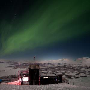 Noorderlicht (Aurora Borealis) in Zweden boven het Aurora Sky Station in Abisko. Foto: Lola Akinmade Åkerström/imagebank.sweden.se