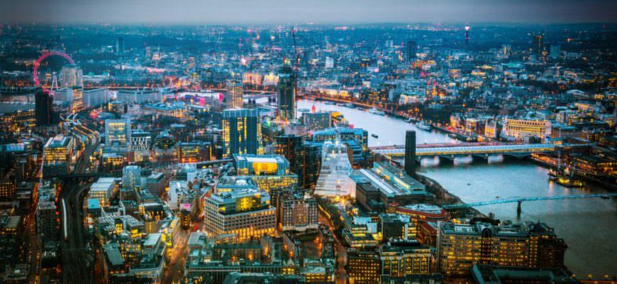 Londen skyline bij schemering