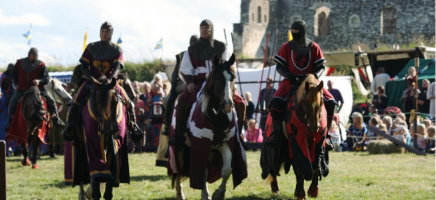 Middeleeuwse markt Visingsö in Zweden met ridders en ruïne