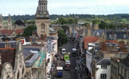 Uitzicht over Oxford's High Street vanaf de Carfax Tower