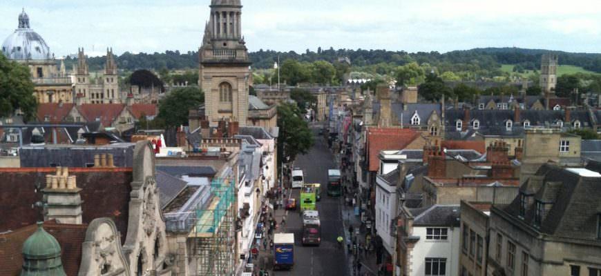 Uitzicht over Oxford's High Street vanaf de Carfax Tower