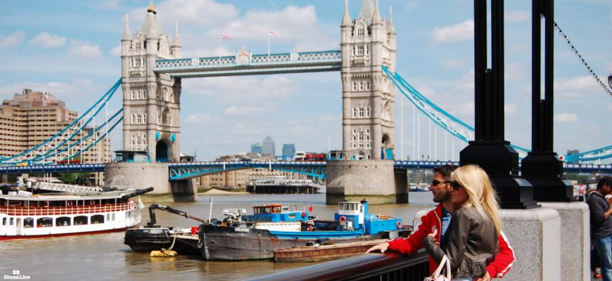 Stel bij de Londen Tower Bridge