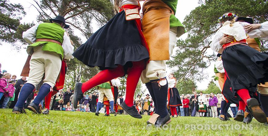 Dansen rond de meiboom midzomer Zweden