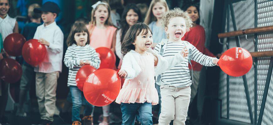 Blije kinderen met ballonnen