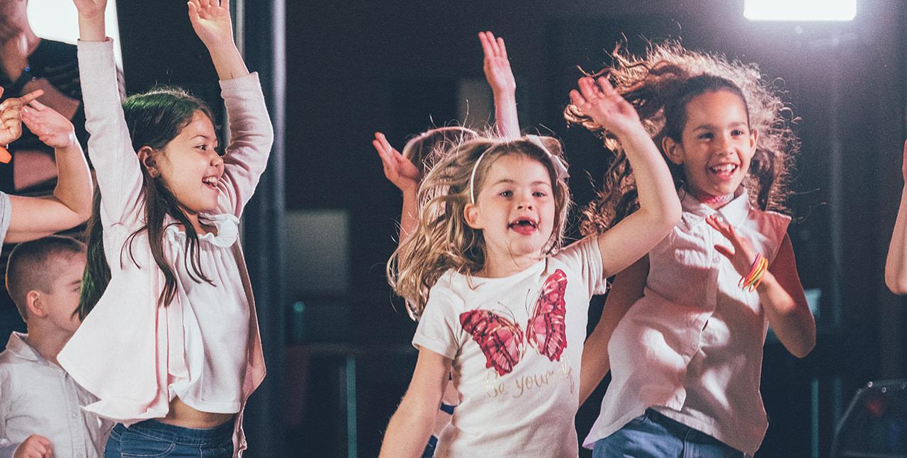 Dansende kinderen aan boord