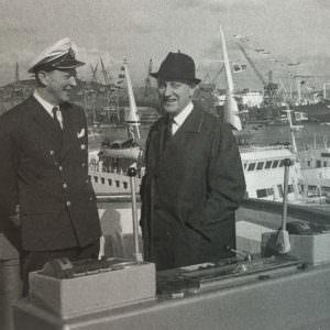 Kapitein Alan Junger en Sten A. Olsson in gesprek