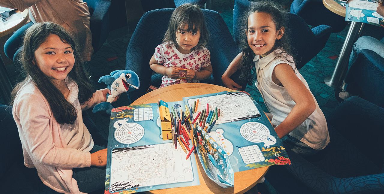 Kinderen tekenen aan boord