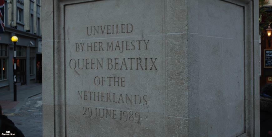 Monument Seven Dials Londen onthuld door Koningin Beatrix. Foto Stefan van Beek