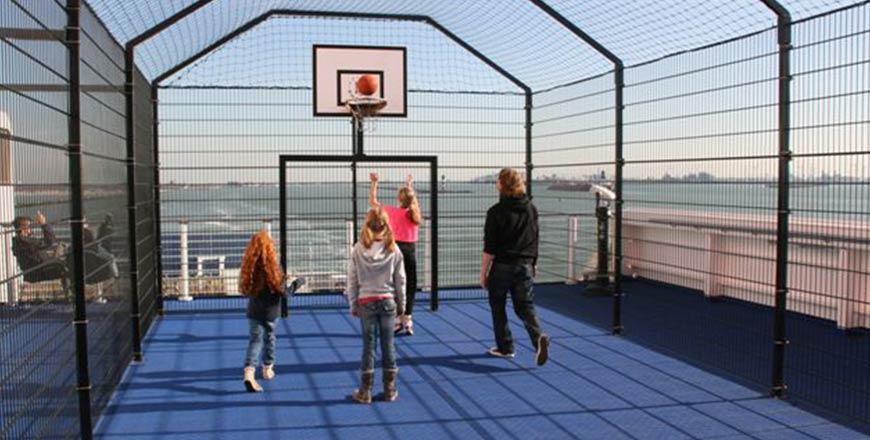 Basketbal en voetbal veld aan boord Stena Line