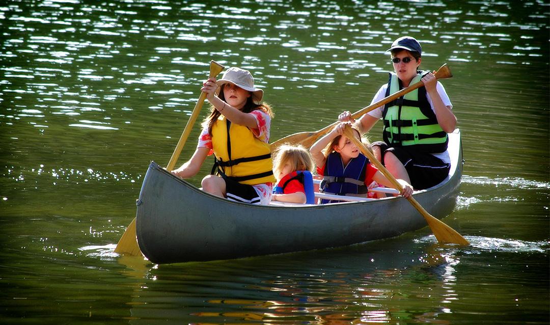 Familie in kano in Zweden