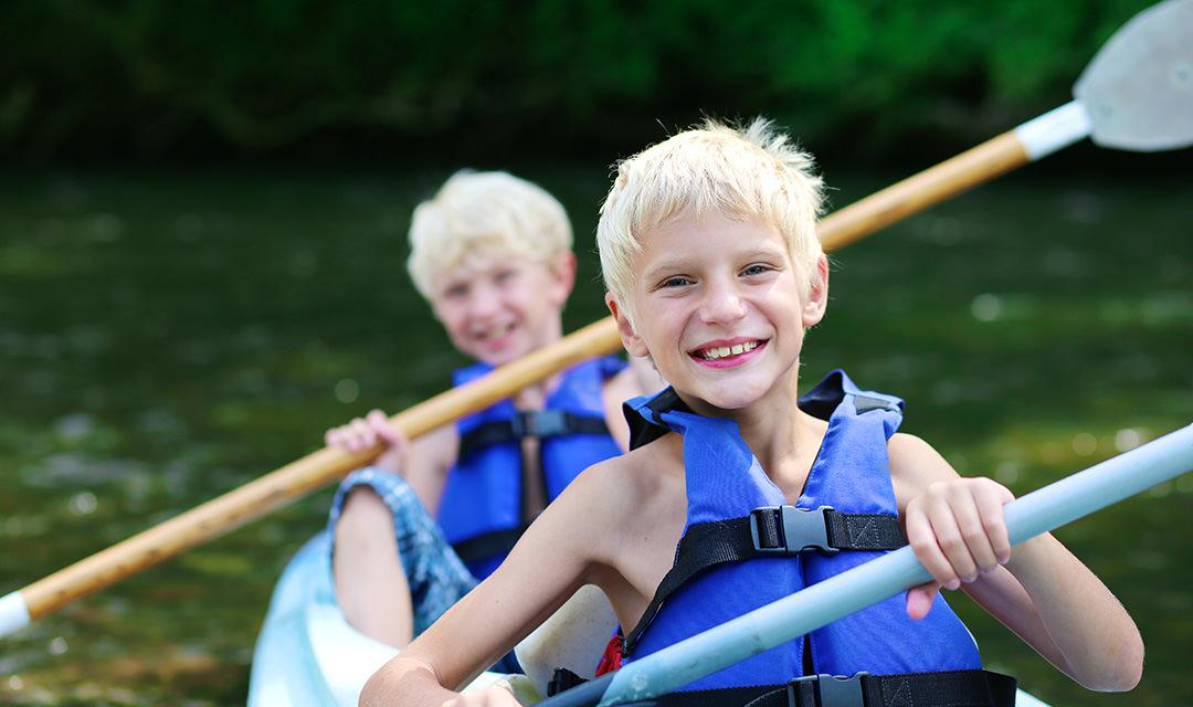 Kinderen in kano in Noorwegen