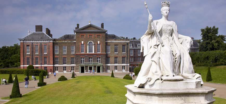 Beeld Queen Victoria bij Kensington Palace