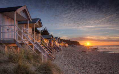 Strandhuisjes bij zonsondergang in Wells-next-the-sea in Noord Norfolk