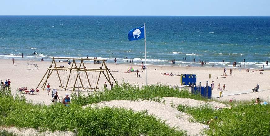 Blauwe vlag strand Ventspils aan Baltische Zee