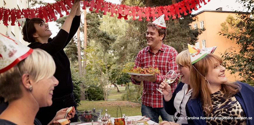 Gedekte tafel met thema kreeft tijdens Kreeftenfeest in Zweden