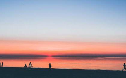 Het strand van Ventspils in Letland bij zonsondergang
