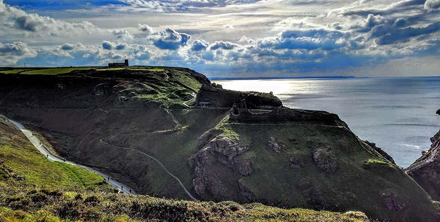 Tintagel Castle op kliffen langs Atlantische Snelweg Cornwall