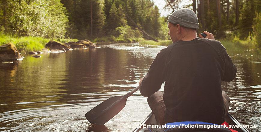 Man aan het kanoën